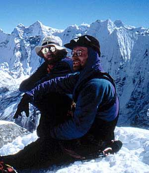 Ich (Ralf Brehl) und Piet (im Vordergrund) am Gipfel des Island Peak 6189m